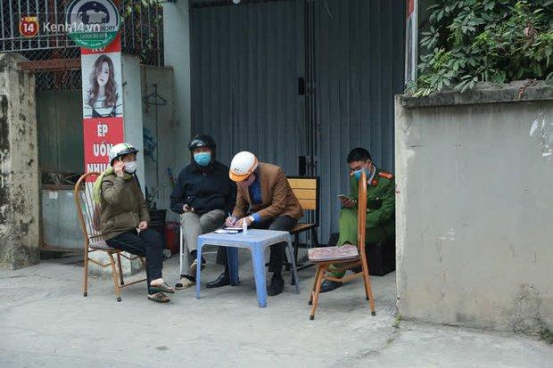 Hà Nội: Cận cảnh phong toả nhà bệnh nhân Covid-19 mới ở quận Nam Từ Liêm - Ảnh 5.