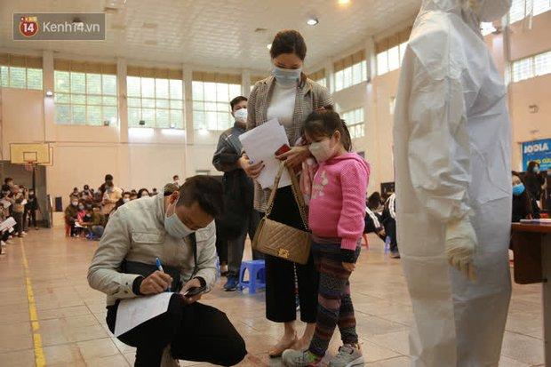 Hà Nội: Tiến hành lấy mẫu xét nghiệm Covid-19 cho 500 học sinh Trường THPT Nguyễn Trãi đi tham quan và người dân từ vùng dịch trở về - Ảnh 20.