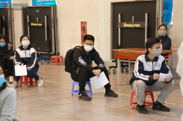 Hà Nội: Tiến hành lấy mẫu xét nghiệm Covid-19 cho 500 học sinh Trường THPT Nguyễn Trãi đi tham quan và người dân từ vùng dịch trở về - Ảnh 8.