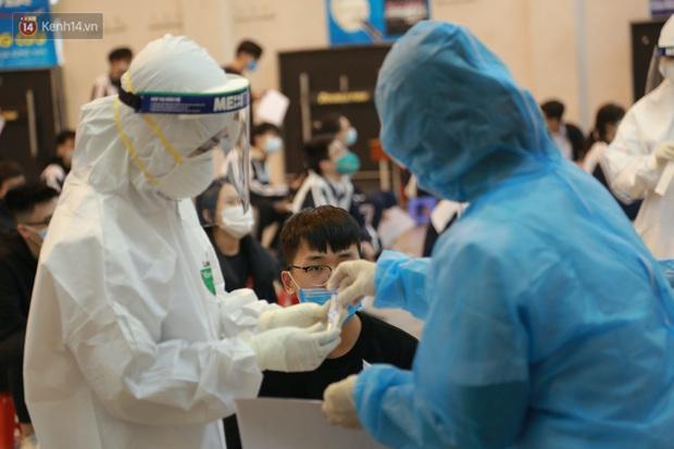 Hà Nội: Tiến hành lấy mẫu xét nghiệm Covid-19 cho 500 học sinh Trường THPT Nguyễn Trãi đi tham quan và người dân từ vùng dịch trở về - Ảnh 16.