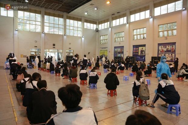 Hà Nội: Tiến hành lấy mẫu xét nghiệm Covid-19 cho 500 học sinh Trường THPT Nguyễn Trãi đi tham quan và người dân từ vùng dịch trở về - Ảnh 2.