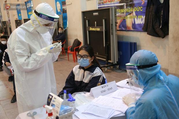 Hà Nội: Tiến hành lấy mẫu xét nghiệm Covid-19 cho 500 học sinh Trường THPT Nguyễn Trãi đi tham quan và người dân từ vùng dịch trở về - Ảnh 15.
