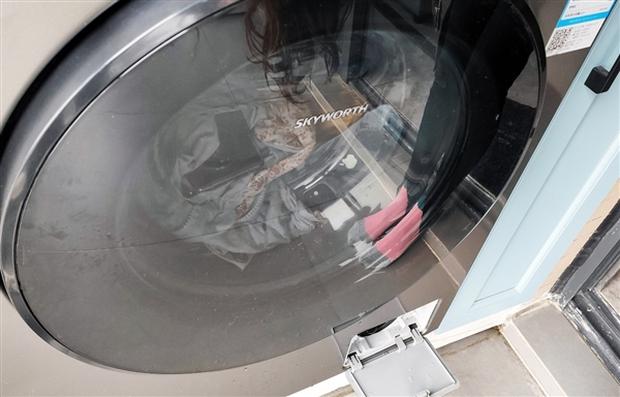 Cô gái vô tình ném cả Huawei Mate40 và iPhone 12 vào máy giặt, kết quả lúc lấy ra đầy bất ngờ về độ bền của hai sản phẩm - Ảnh 1.