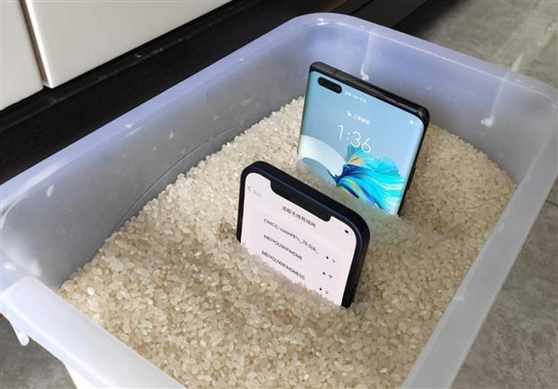 Cô gái vô tình ném cả Huawei Mate40 và iPhone 12 vào máy giặt, kết quả lúc lấy ra đầy bất ngờ về độ bền của hai sản phẩm - Ảnh 3.