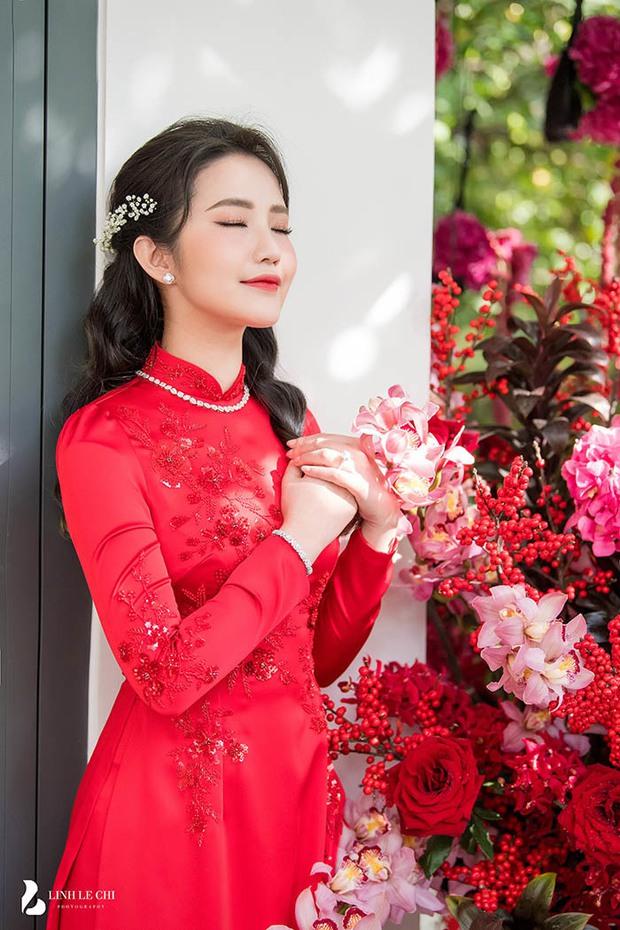 Cô dâu Primmy Trương diện áo dài của NTK Công Trí, xách túi Dior bản giới hạn trị giá hơn 60 triệu trong ngày rước dâu - Ảnh 3.