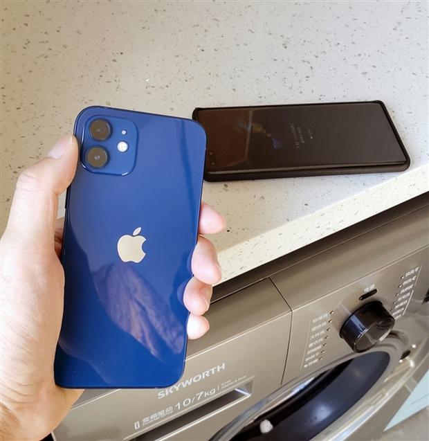 Cô gái vô tình ném cả Huawei Mate40 và iPhone 12 vào máy giặt, kết quả lúc lấy ra đầy bất ngờ về độ bền của hai sản phẩm - Ảnh 4.
