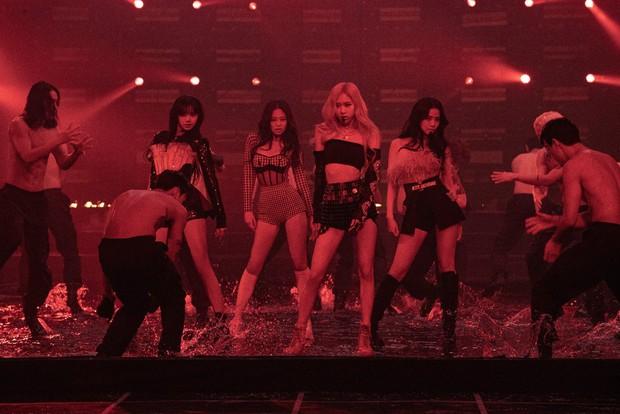 MXH phát sốt với bức hình BLACKPINK bên cạnh dàn vũ công nam 6 múi, nhìn ai cũng mlem mlem - Ảnh 4.