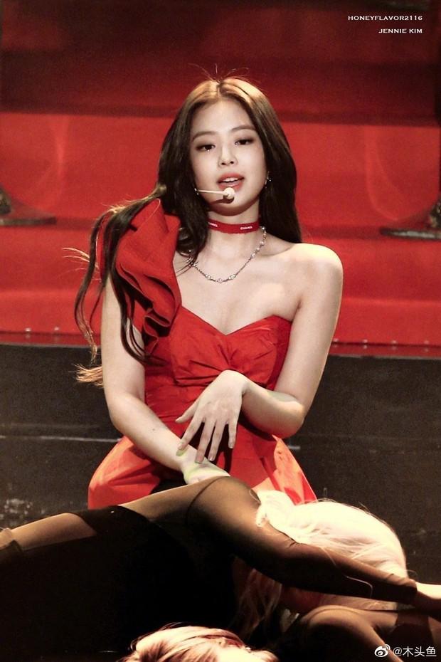 Hình ảnh 2 năm trước Jennie khoe body tuyệt mỹ cùng vòng 1 bức thở gây bão Weibo: Công chúa YG đẹp nức nở quá đi! - Ảnh 5.