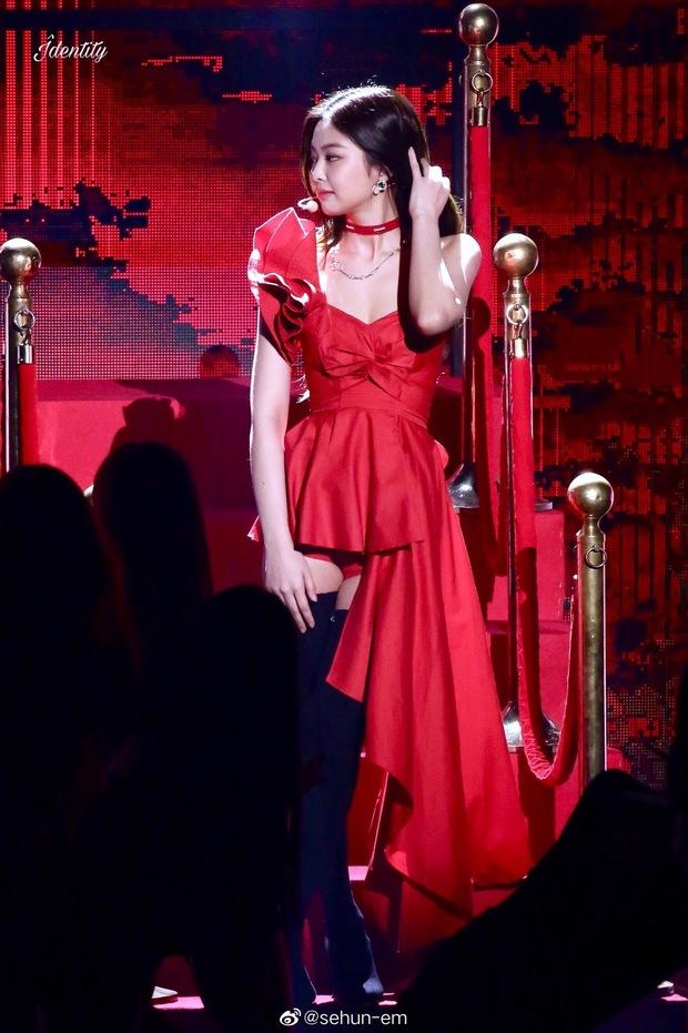 Hình ảnh 2 năm trước Jennie khoe body tuyệt mỹ cùng vòng 1 bức thở gây bão Weibo: Công chúa YG đẹp nức nở quá đi! - Ảnh 3.