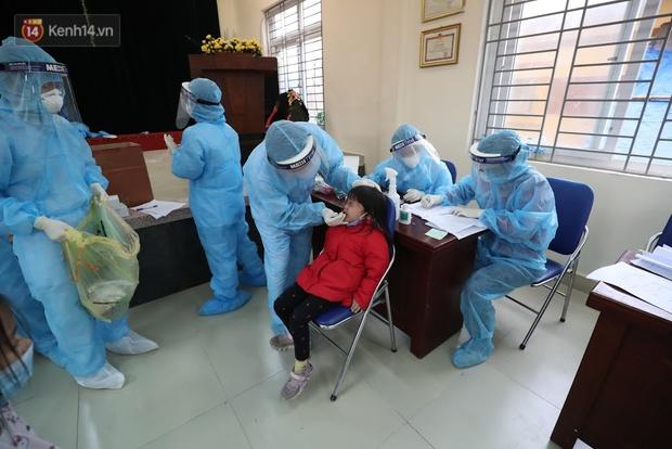 Tin vui: Tất cả học sinh lớp 3E, Tiểu học Xuân Phương âm tính lần 1 với SARS-CoV-2 - Ảnh 1.