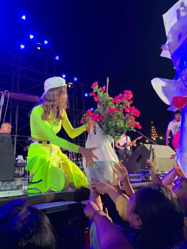 Trần đời có ai mang cả buồng dừa, gà nướng, cây hoa giấy… lên sân khấu tặng idol như hội fan này: Phản ứng của cô ca sĩ lầy không kém! - Ảnh 6.