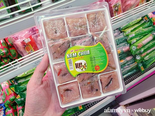 Đừng nghĩ giò, chả, nem truyền thống chỉ bán ngoài chợ hoặc tự làm, ra siêu thị lượn 1 vòng là có đủ loại tha hồ ăn Tết - Ảnh 2.