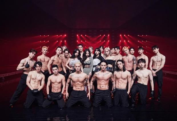 MXH phát sốt với bức hình BLACKPINK bên cạnh dàn vũ công nam 6 múi, nhìn ai cũng mlem mlem - Ảnh 2.