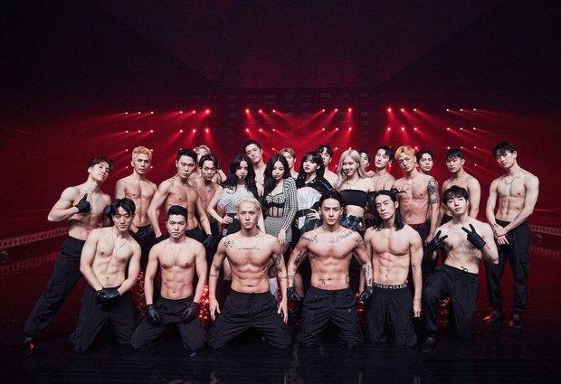 MXH phát sốt với bức hình BLACKPINK bên cạnh dàn vũ công nam 6 múi, nhìn ai cũng mlem mlem - Ảnh 3.