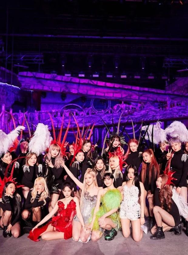 MXH phát sốt với bức hình BLACKPINK bên cạnh dàn vũ công nam 6 múi, nhìn ai cũng mlem mlem - Ảnh 7.