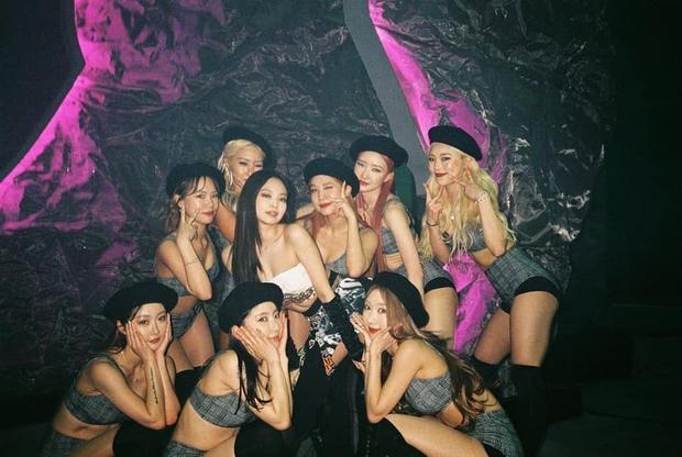 MXH phát sốt với bức hình BLACKPINK bên cạnh dàn vũ công nam 6 múi, nhìn ai cũng mlem mlem - Ảnh 9.