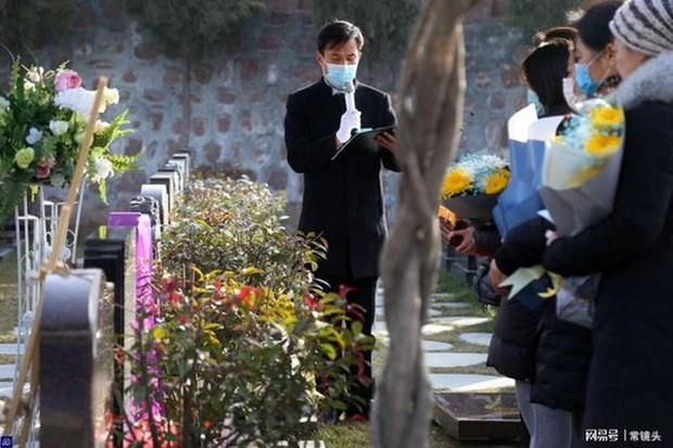 Con gái 8 tuổi chết vì bạo bệnh, hành động mỗi ngày của người bố ở nghĩa trang sau khi con qua đời gây xúc động - Ảnh 1.