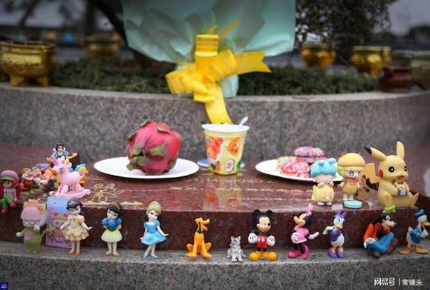 Con gái 8 tuổi chết vì bạo bệnh, hành động mỗi ngày của người bố ở nghĩa trang sau khi con qua đời gây xúc động - Ảnh 2.