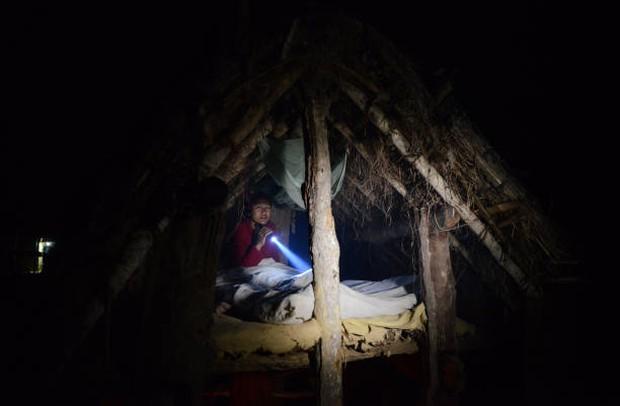 Loạt ảnh gây ám ảnh về túp lều kinh nguyệt được ví như địa ngục trần gian, là nỗi khiếp đảm của các cô gái mỗi lần... tới tháng - Ảnh 1.