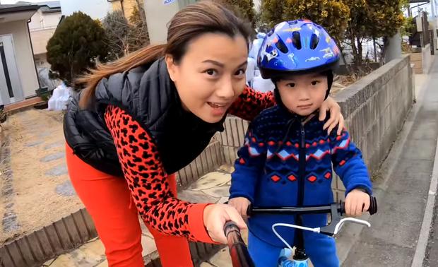 Quỳnh Trần JP tự nhận mình hai lúa khoe lần đầu được ăn tôm hùm ở Nhật, tiết lộ bé Sa càng lớn càng không sợ mẹ - Ảnh 13.