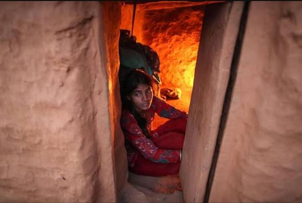 Loạt ảnh gây ám ảnh về túp lều kinh nguyệt được ví như địa ngục trần gian, là nỗi khiếp đảm của các cô gái mỗi lần... tới tháng - Ảnh 14.