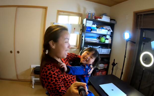 Quỳnh Trần JP tự nhận mình hai lúa khoe lần đầu được ăn tôm hùm ở Nhật, tiết lộ bé Sa càng lớn càng không sợ mẹ - Ảnh 14.