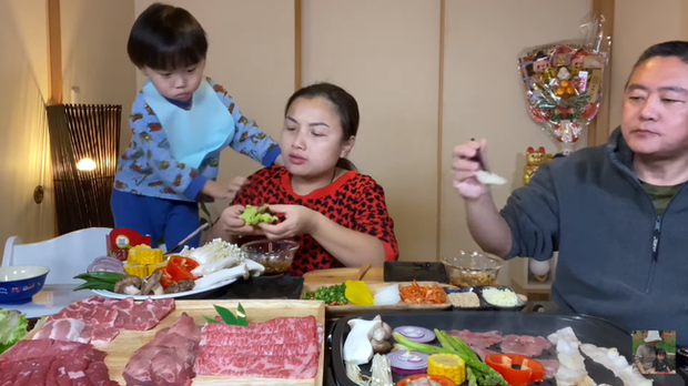 Quỳnh Trần JP tự nhận mình hai lúa khoe lần đầu được ăn tôm hùm ở Nhật, tiết lộ bé Sa càng lớn càng không sợ mẹ - Ảnh 2.