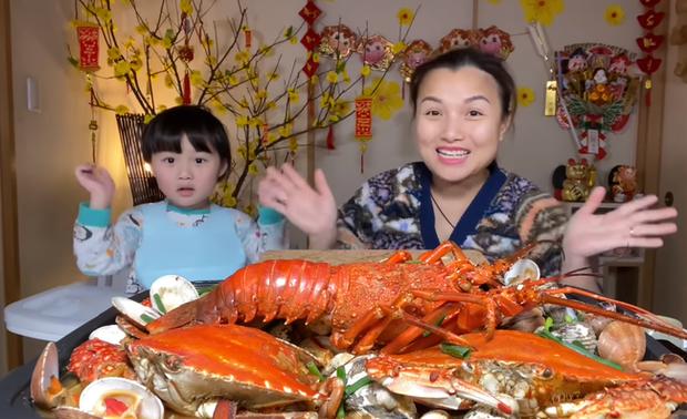 Quỳnh Trần JP tự nhận mình hai lúa khoe lần đầu được ăn tôm hùm ở Nhật, tiết lộ bé Sa càng lớn càng không sợ mẹ - Ảnh 3.