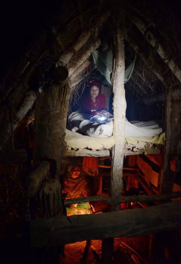 Loạt ảnh gây ám ảnh về túp lều kinh nguyệt được ví như địa ngục trần gian, là nỗi khiếp đảm của các cô gái mỗi lần... tới tháng - Ảnh 5.