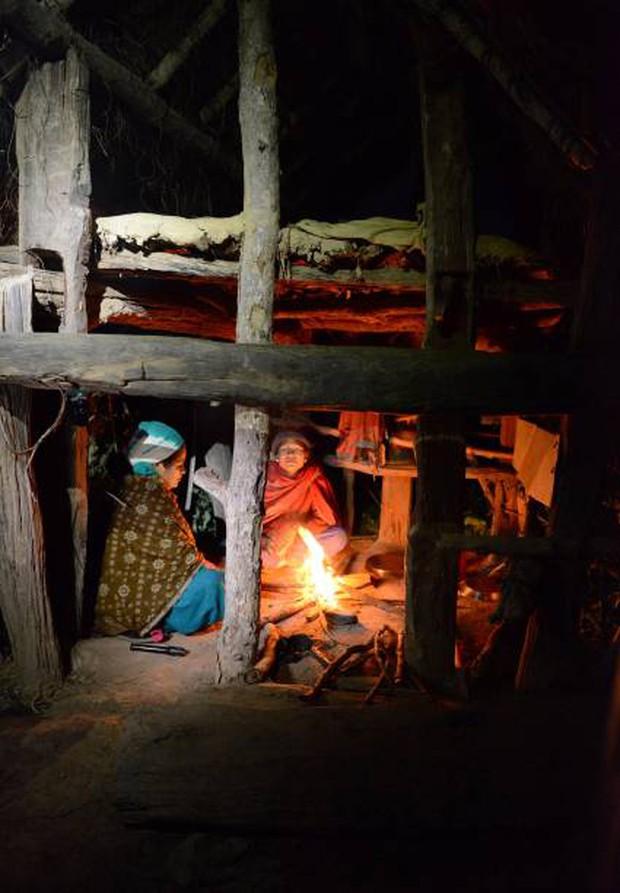Loạt ảnh gây ám ảnh về túp lều kinh nguyệt được ví như địa ngục trần gian, là nỗi khiếp đảm của các cô gái mỗi lần... tới tháng - Ảnh 6.