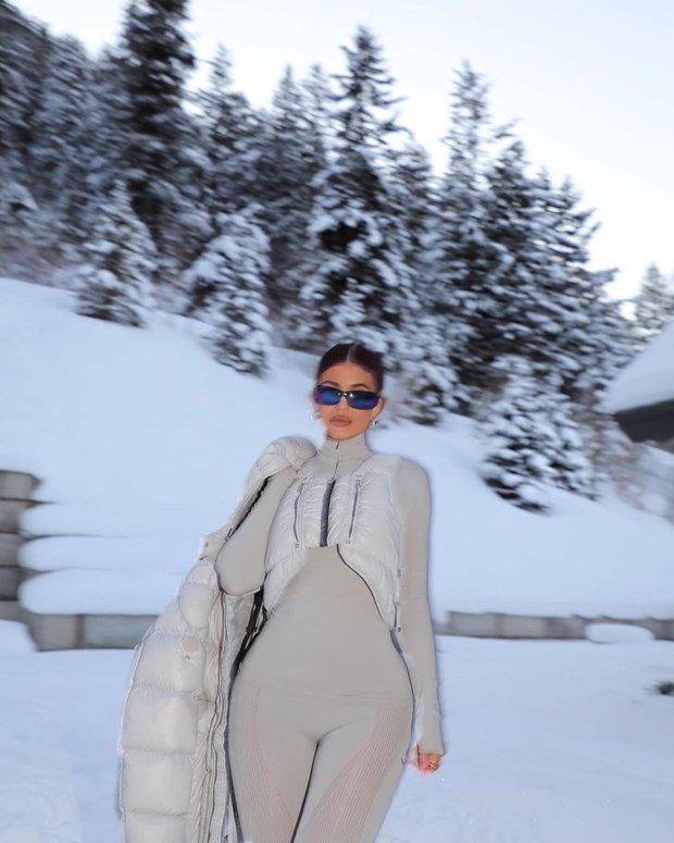Giới nhà giàu đón năm mới: Kylie - Kendall chi 10 tỷ thuê biệt thự chill ở núi tỷ phú, Stormi 3 tuổi tận hưởng kỳ nghỉ xa hoa - Ảnh 3.