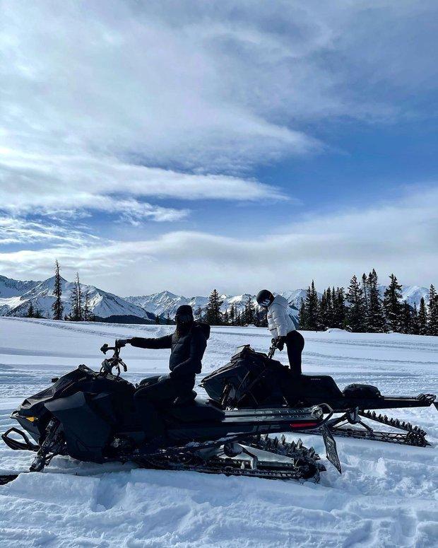 Giới nhà giàu đón năm mới: Kylie - Kendall chi 10 tỷ thuê biệt thự chill ở núi tỷ phú, Stormi 3 tuổi tận hưởng kỳ nghỉ xa hoa - Ảnh 4.