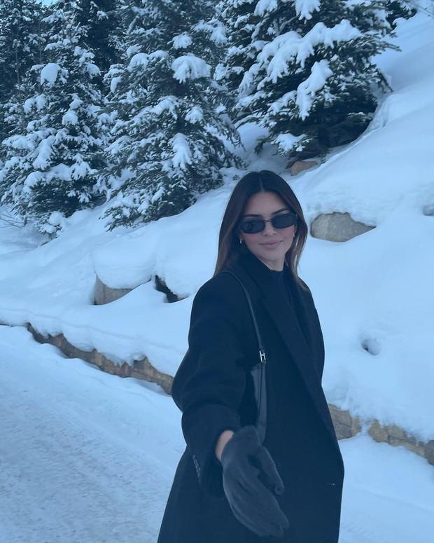 Giới nhà giàu đón năm mới: Kylie - Kendall chi 10 tỷ thuê biệt thự chill ở núi tỷ phú, Stormi 3 tuổi tận hưởng kỳ nghỉ xa hoa - Ảnh 15.