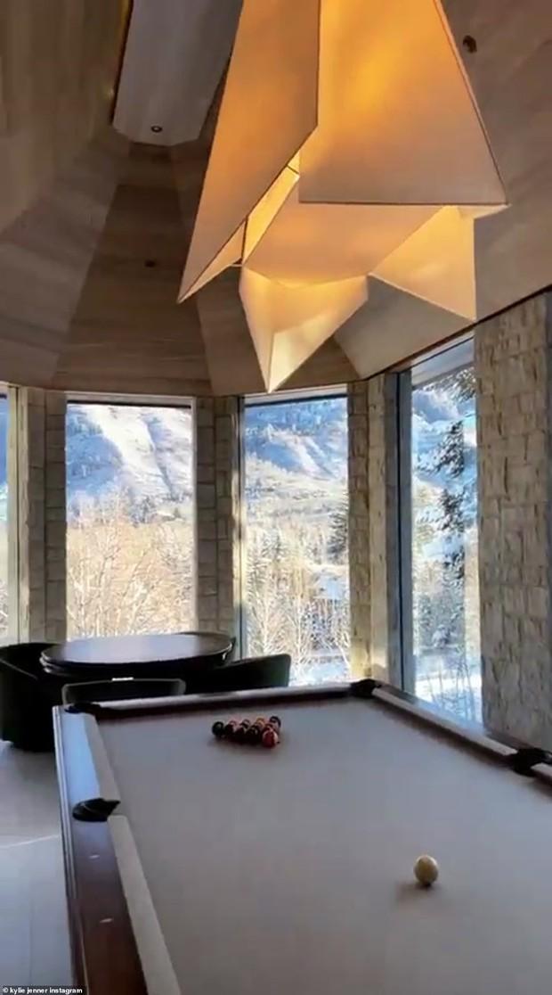 Giới nhà giàu đón năm mới: Kylie - Kendall chi 10 tỷ thuê biệt thự chill ở núi tỷ phú, Stormi 3 tuổi tận hưởng kỳ nghỉ xa hoa - Ảnh 17.