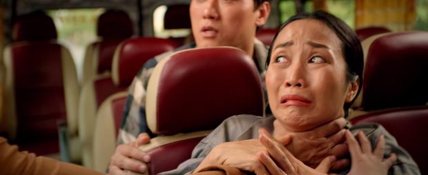 Lần lượt 2 chị em Ốc Thanh Vân - Lê Hạ Anh bị bóp cổ, nhấn nước tra tấn ở teaser phim Tết Lật Mặt - Ảnh 3.