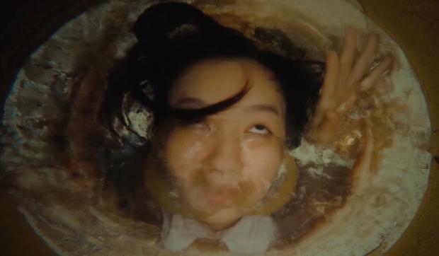 Lần lượt 2 chị em Ốc Thanh Vân - Lê Hạ Anh bị bóp cổ, nhấn nước tra tấn ở teaser phim Tết Lật Mặt - Ảnh 5.
