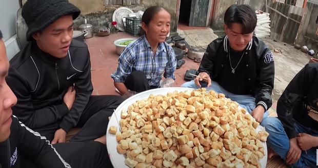 Bà Tân làm bánh mì ngào đường nhưng ra lò y hệt mẹt bún đậu thiếu mỗi chén mắm tôm, các cháu ăn ngon đến nỗi rụng cả tóc! - Ảnh 13.
