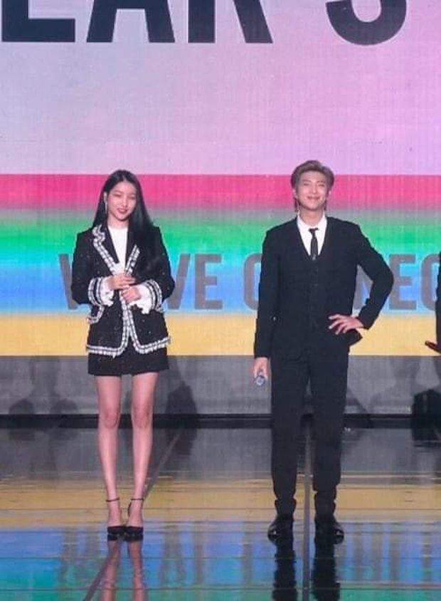 Hội leader nhà Big Hit chung sân khấu nhưng Knet chỉ soi chiều cao, Sowon (GFRIEND) đứng cạnh RM (BTS) mà sốc - Ảnh 4.