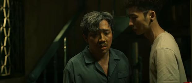 Trấn Thành hết hồn nhiên hôn má lại mò vào nhà tắm của Tuấn Trần ở teaser trailer Bố Già - Ảnh 7.