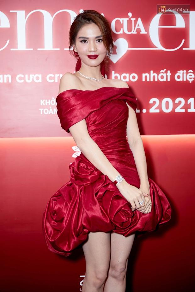 Ngọc Trinh diện đầm đỏ nổi hú hồn, át vía nam chính Ngô Kiến Huy ở họp báo công chiếu Em Là Của Em - Ảnh 7.