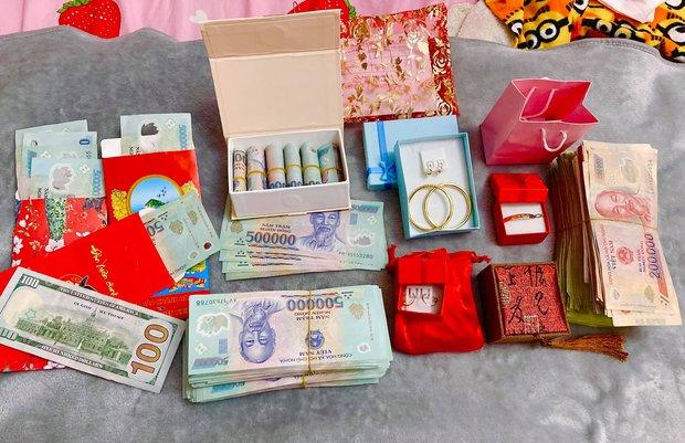Mạc Văn Khoa tổ chức tiệc đầy tháng cho ái nữ, nhìn cọc tiền mừng khủng và vòng vàng mà choáng - Ảnh 4.