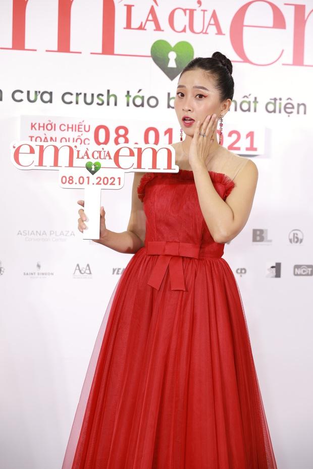 Ngọc Trinh diện đầm đỏ nổi hú hồn, át vía nam chính Ngô Kiến Huy ở họp báo công chiếu Em Là Của Em - Ảnh 9.