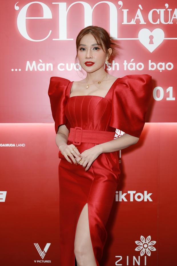 Ngọc Trinh diện đầm đỏ nổi hú hồn, át vía nam chính Ngô Kiến Huy ở họp báo công chiếu Em Là Của Em - Ảnh 5.