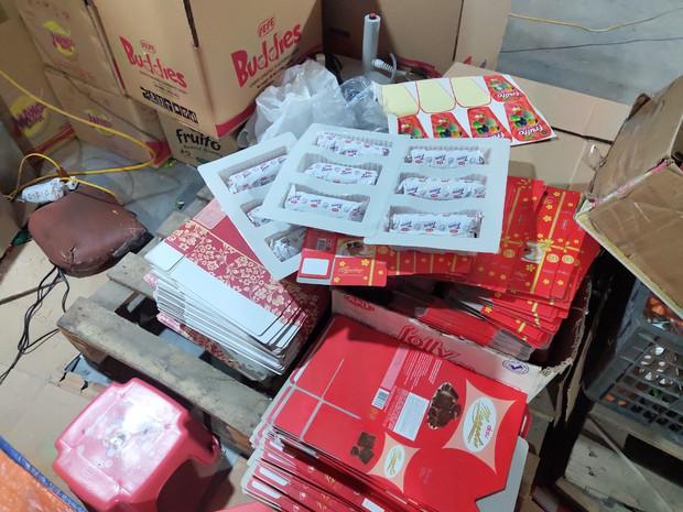 Hà Nội: Cận cảnh 3 tấn bánh quy nước ngoài hết hạn đang được phù phép để tung ra thị trường - Ảnh 5.