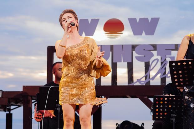 Hà Trần - Uyên Linh đọ giọng ép phê tại mini show đón hoàng hôn trên bãi biển, Hà Lê hát nhạc Trịnh nhưng vẫn giữ tinh thần Underground - Ảnh 1.