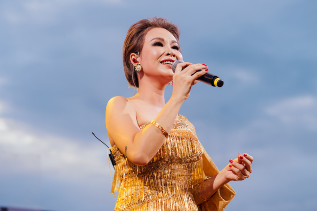 Hà Trần - Uyên Linh đọ giọng ép phê tại mini show đón hoàng hôn trên bãi biển, Hà Lê hát nhạc Trịnh nhưng vẫn giữ tinh thần Underground - Ảnh 2.