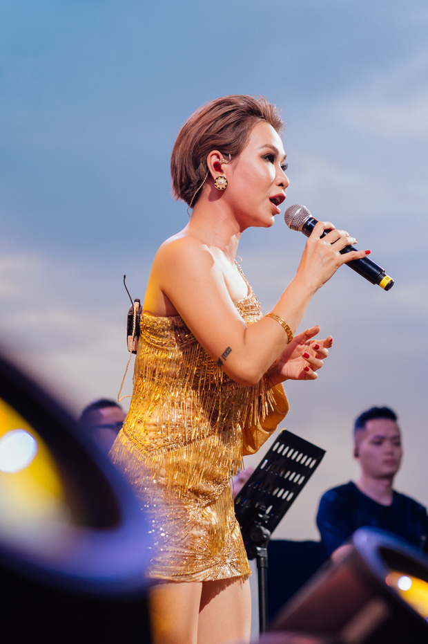 Hà Trần - Uyên Linh đọ giọng ép phê tại mini show đón hoàng hôn trên bãi biển, Hà Lê hát nhạc Trịnh nhưng vẫn giữ tinh thần Underground - Ảnh 3.
