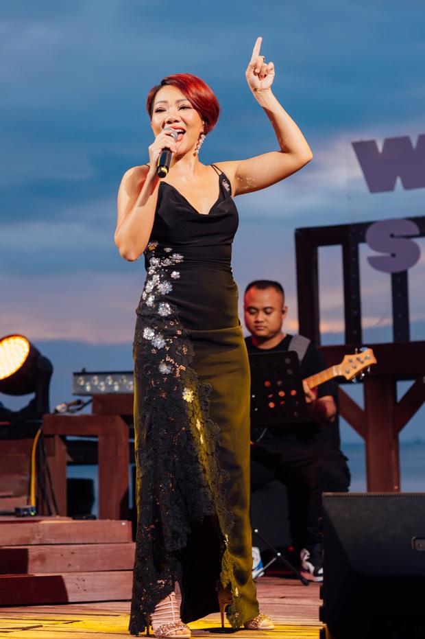 Hà Trần - Uyên Linh đọ giọng ép phê tại mini show đón hoàng hôn trên bãi biển, Hà Lê hát nhạc Trịnh nhưng vẫn giữ tinh thần Underground - Ảnh 4.