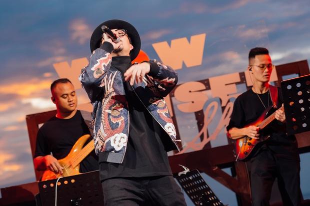 Hà Trần - Uyên Linh đọ giọng ép phê tại mini show đón hoàng hôn trên bãi biển, Hà Lê hát nhạc Trịnh nhưng vẫn giữ tinh thần Underground - Ảnh 6.