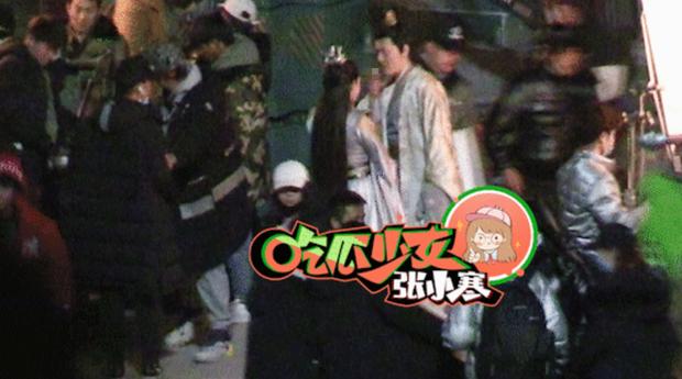 Hết Kim Hạn, Bành Tiểu Nhiễm tiếp tục hứng khói thuốc từ Phùng Thiệu Phong khi quay cảnh tình tứ ở phim mới - Ảnh 1.